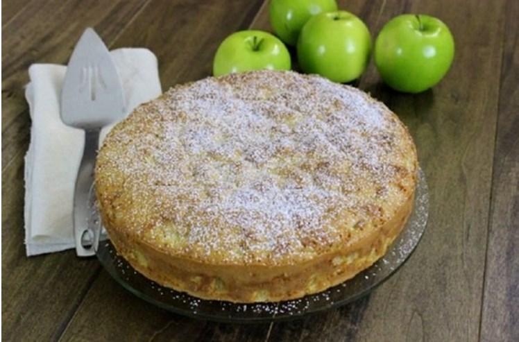 Пышная шарлотка с яблоками в духовке на праздничный стол 2020 года: 5 простых пошаговых рецептов