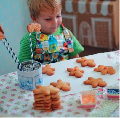 Как испечь новогоднее печенье и сделать пряничный домик