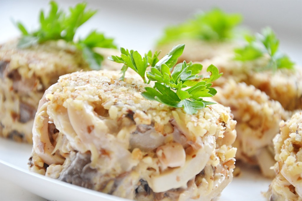 Простой салат из шампиньонов и курицы на Новый год 2019: 4 варианта приготовления