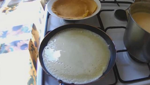 Блины на сыворотке с малиновым вареньем - рецепт пошаговый с фото
