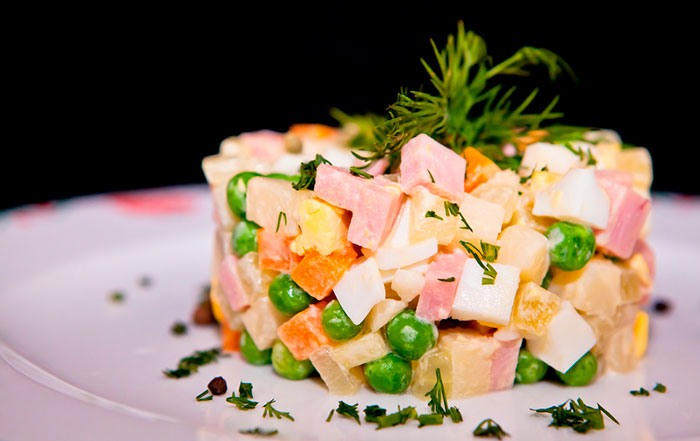 Салат Оливье с колбасой и солеными огурцами - пошаговые рецепты с фото