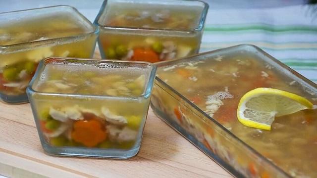Заливное из курицы - рецепты простые и вкусные