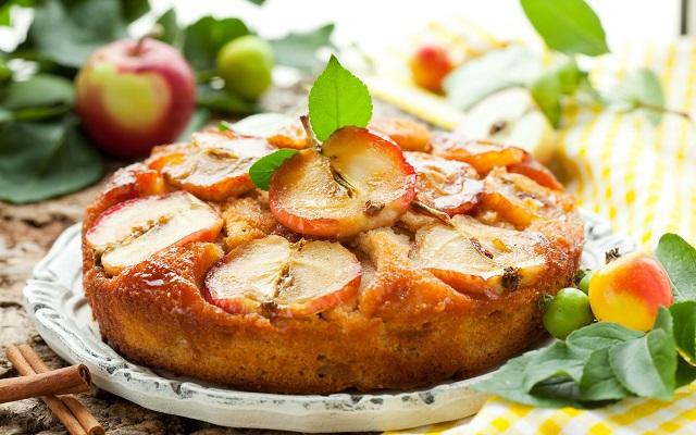 Праздничная шарлотка с яблоками