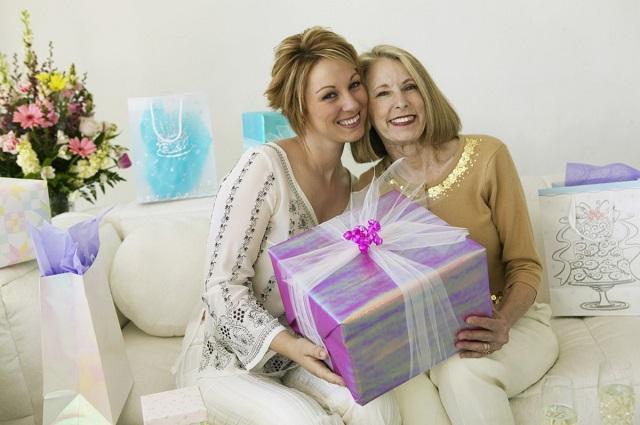 Что подарить маме на новый год 2020: советы и идеи подарков