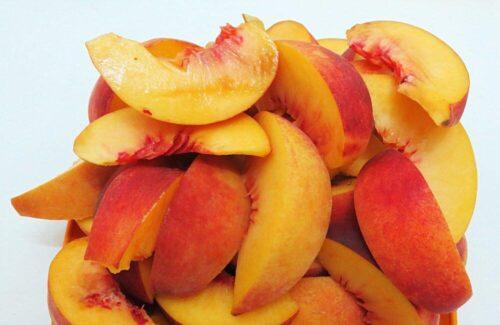 Нарезаем персики