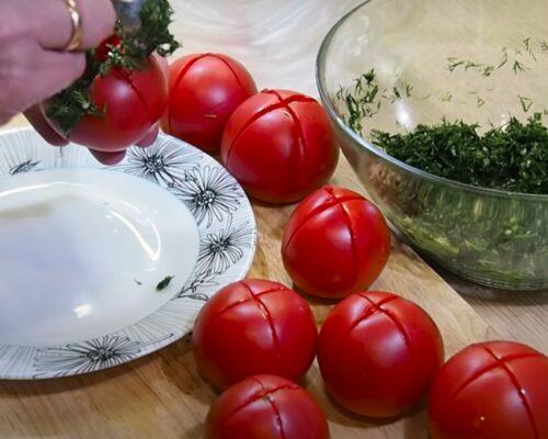 Надрезаем томаты