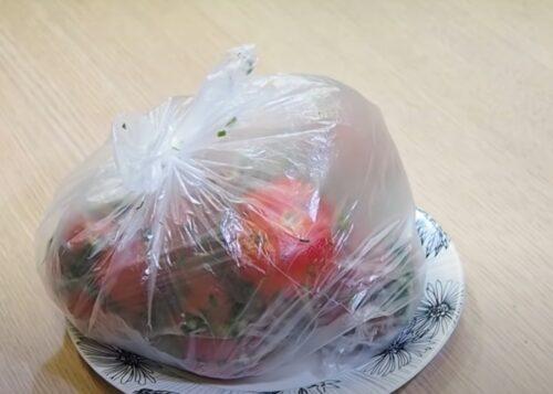 Кладем томаты в пакет