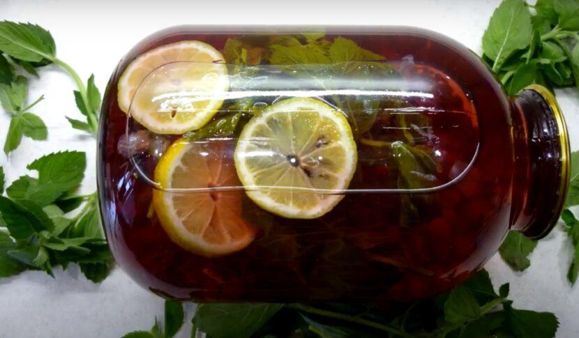 Ягодный напиток из красной смородины с яблоками