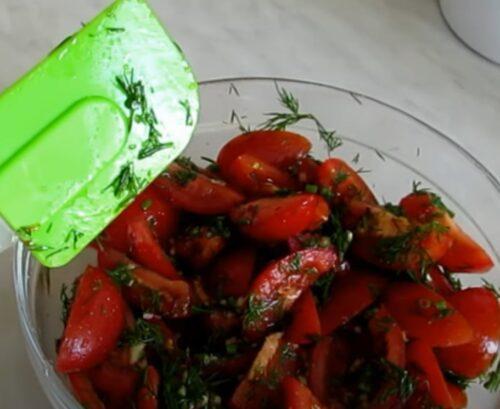 Перемешиваем томаты с заправкой