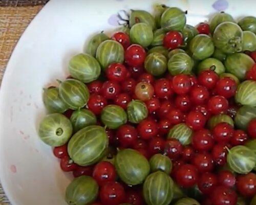 Очищаем ягоды