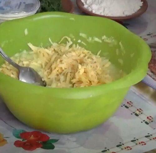 Взбить яйца и сыр