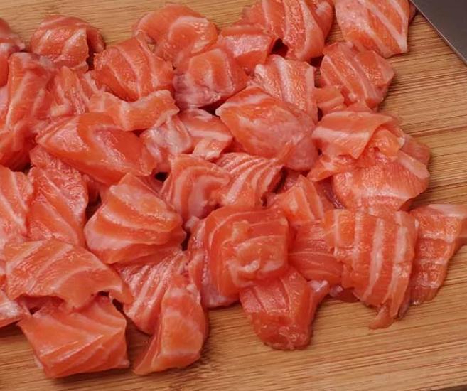 Филе семги нарезать на кусочки