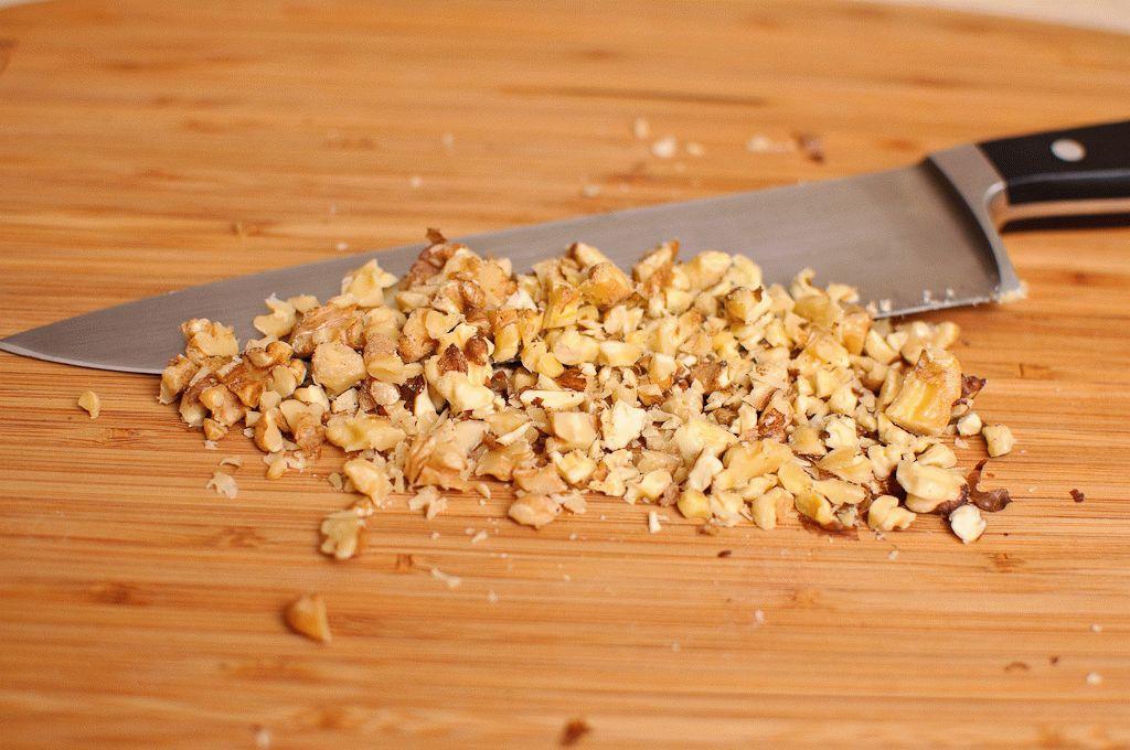 Грецкие орехи измельчают