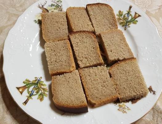 Хлеб нарезать на куски