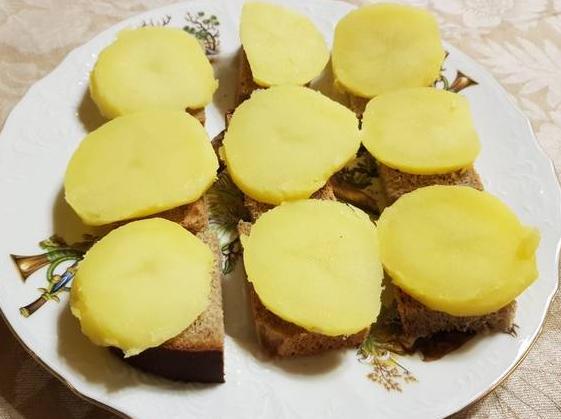 Картофель порезать на ломтики