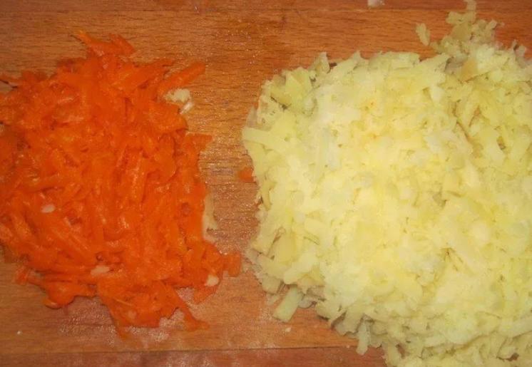 Картошку и морковь натрите на большой терке