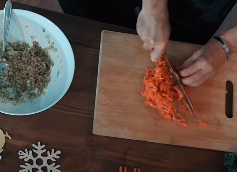 Нарежьте мелкими кубиками огурцы, куриные яйца, морковь и картофель