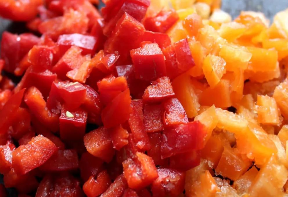 Морковку и перец порезать кубиками