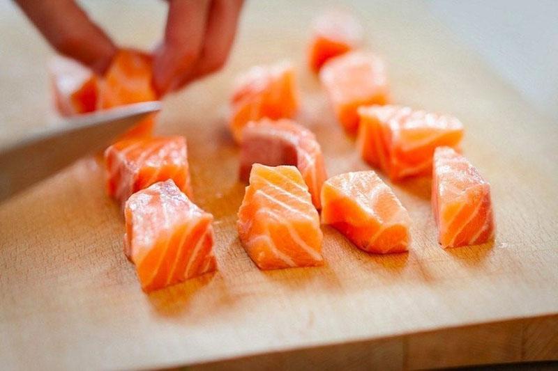 Нарезать рыбу небольшими кусочками