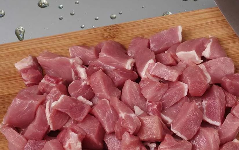 Охлажденную свинину нарезать кубиками
