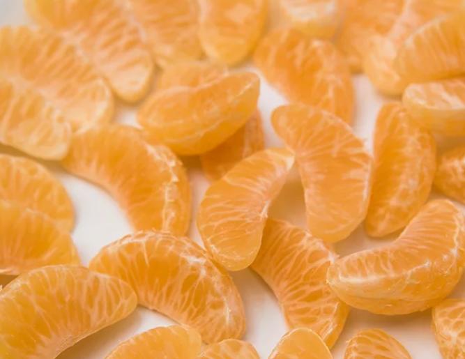 Очистить мандарин, разделить на дольки