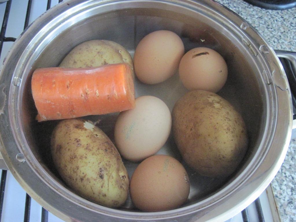 Овощи, языки и яйца отварите