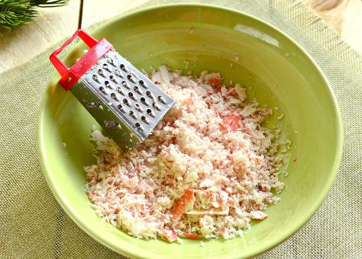 К натёртым палочкам добавляют сырную стружку.