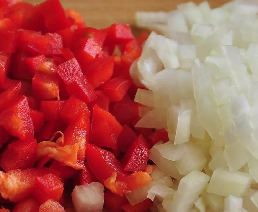 Перец, лук и яйца нарежьте кубиками