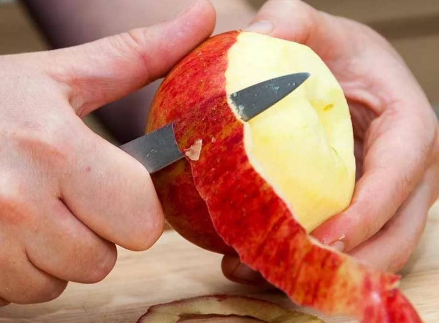 С яблока снять шкурку