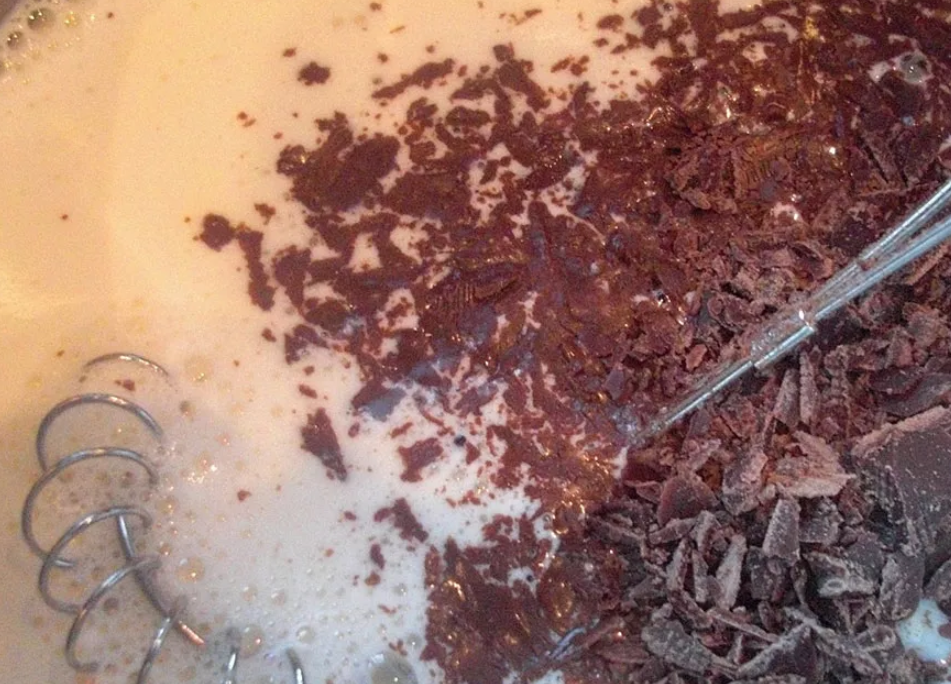 Шоколад, натертый заранее, киньте в молочную смесь
