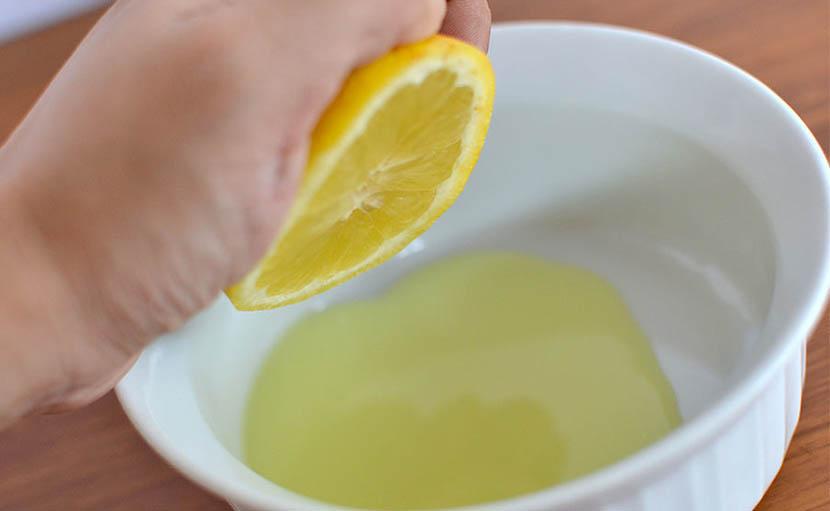 Смешивают в глубокой миске сок лимона, апельсина, соль, перец, специи и оливковое масло